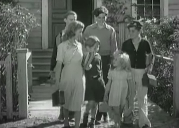 Tommy Bond, Edith Fellows, Bobby Larson, Charles Peck, and Dorothy Anne Seese in Five Little Peppers in Trouble (1940)