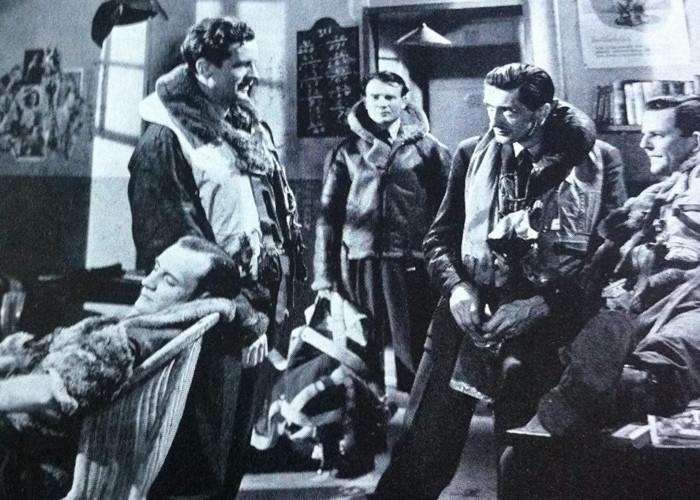 Trevor Howard, Anthony Dawson, John McLaren, John Mills, and David Tomlinson in The Way to the Stars (1945)